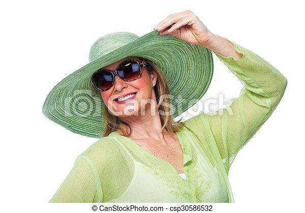 Feliz anciana con sombrero y gafas de sol. - csp30586532