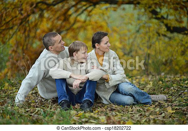 feliz, parque, familia , sentado - csp18202722