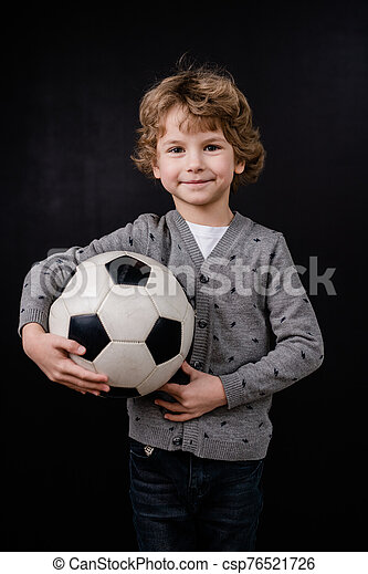 feliz, poco, pelota del fútbol, casualwear, pecho, niño, tenencia, aislamiento - csp76521726