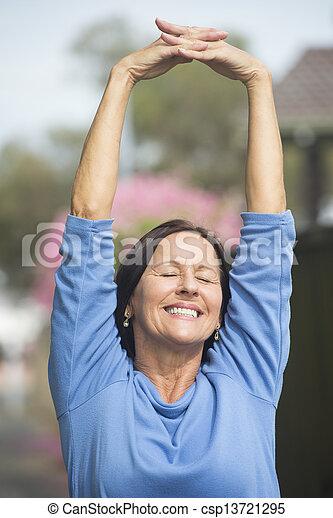 feliz, relaxado, ao ar livre, mulher madura - csp13721295