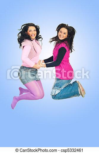 Mujeres felices saltando - csp5332461