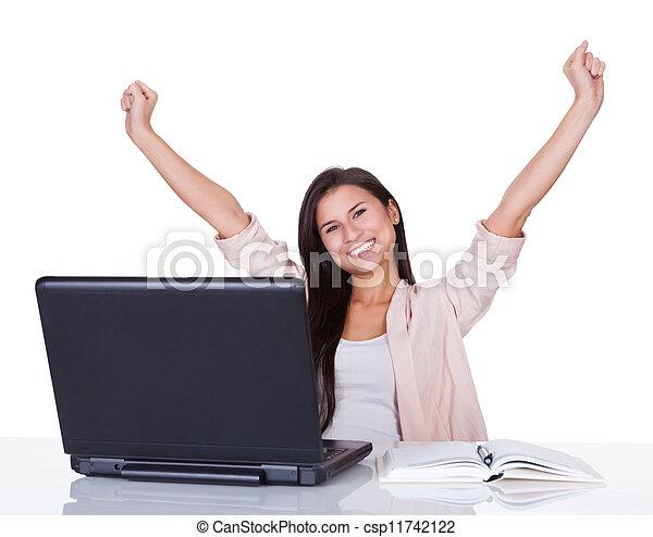 Feliz trabajadora de la oficina - csp11742122