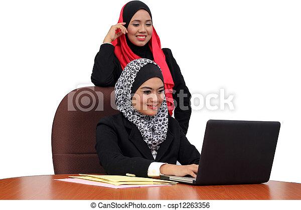 Jóvenes mujeres musulmanas bellas felices en los negocios llevan puestos de trabajo juntos - csp12263356