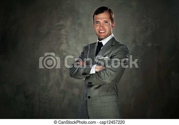 Un hombre feliz con traje gris - csp12457220