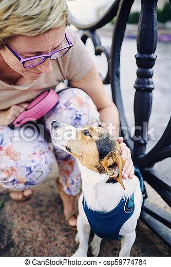 femme aînée, caresser, chien, remblai - csp59774784