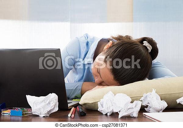 Femme affaires dormir bureau femme affaires jeune dormir
