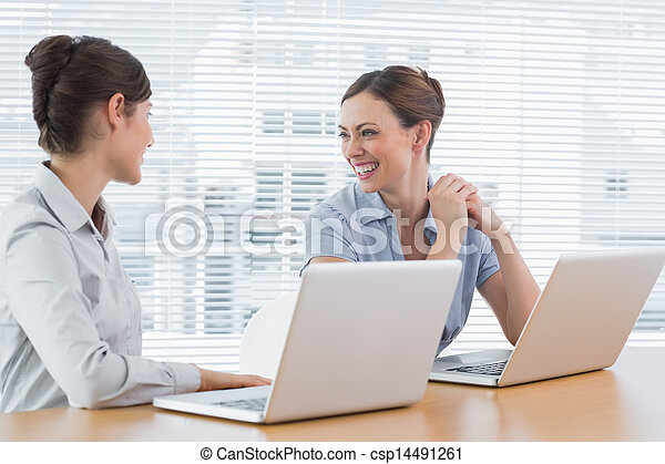 femme affaires, rire, ensemble, bureau - csp14491261