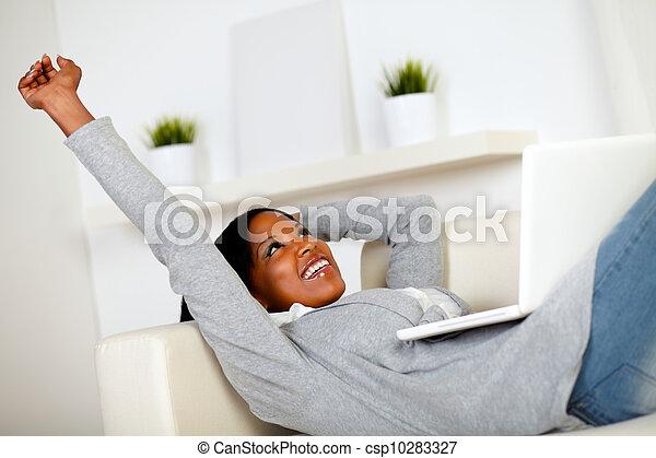 femme afro-américaine, brouter, internet - csp10283327