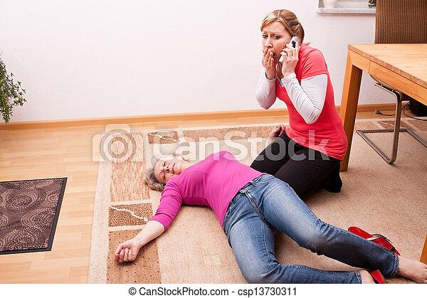 femme, aide, effondré, jeune, appeler, personne agee - csp13730311
