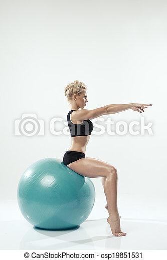 femme, asseoir, exercisme, balle, une, séance entraînement, fitness, caucasien - csp19851531