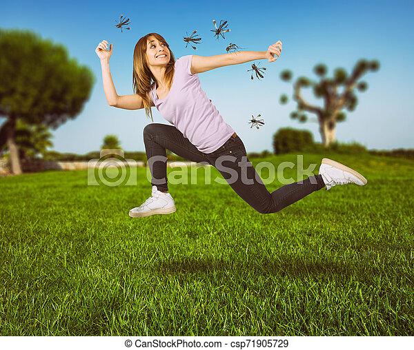femme, attaque, jeûne, moustiques, defends, courant, elle-même - csp71905729