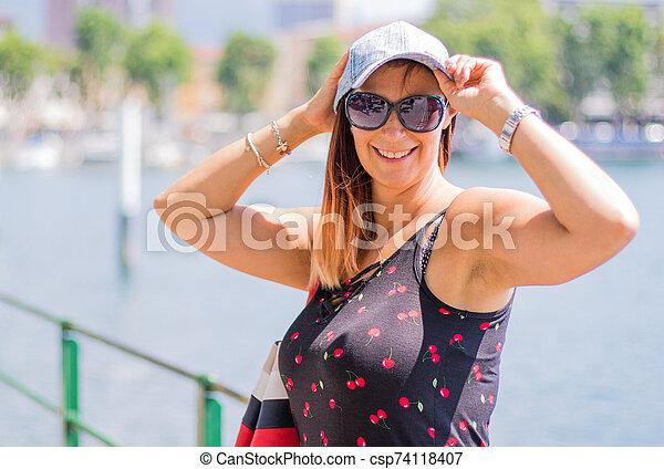 femme, chapeau, lac, portrait, sourire - csp74118407
