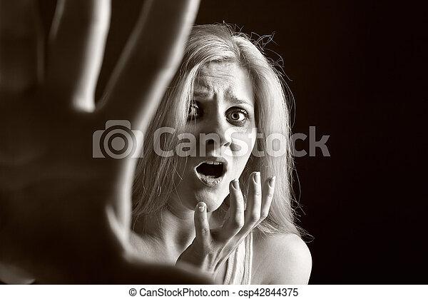 femme, conjugal, victime, abus, violence - csp42844375
