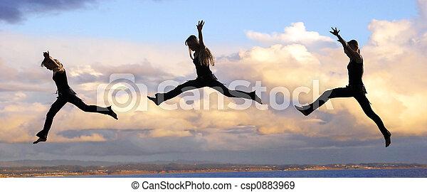 femme, coucher soleil, saut - csp0883969