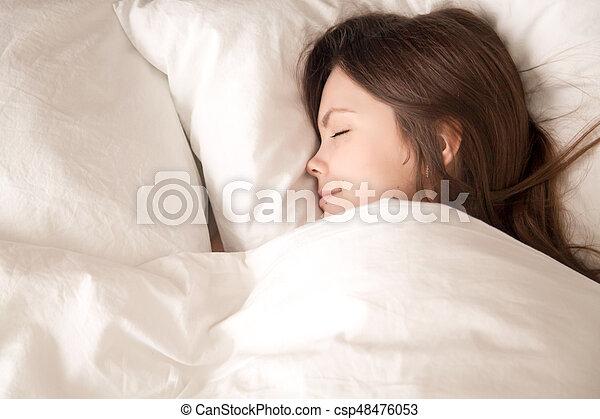 femme couverture puits jeune dormir chaud sous