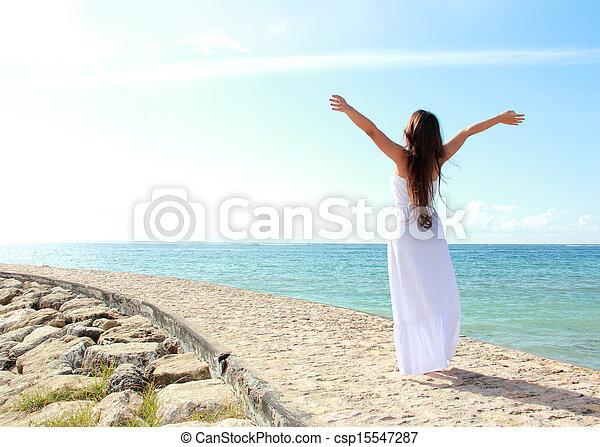 femme, elle, délassant, ouvrir bras, liberté, apprécier, plage - csp15547287
