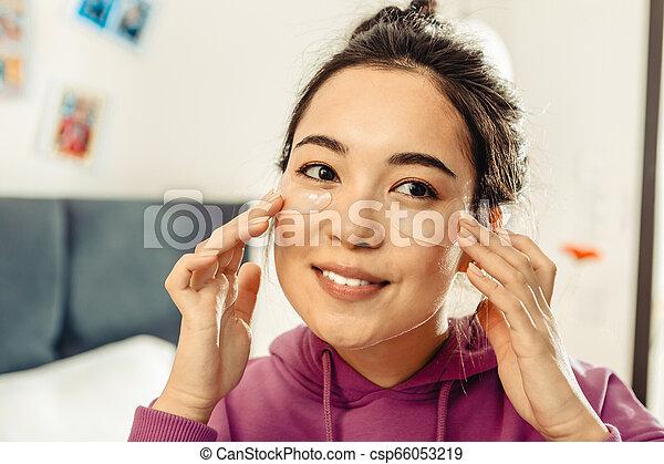 femme, elle, prendre, haut, dark-eyed, asiatique, peau, fin, soin - csp66053219