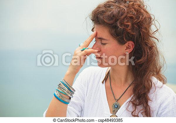 femme extérieur yoga pratique jeune respiration