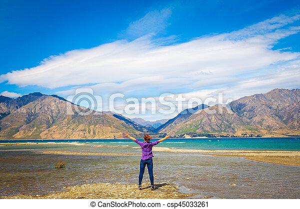 femme, hawea, lac, nz, embrasser, montagnes, vue - csp45033261