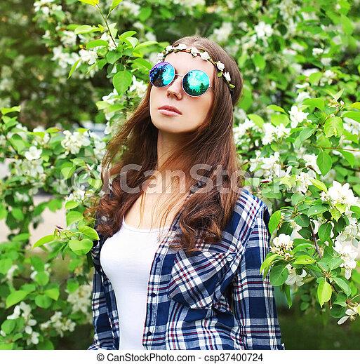 femme hippie mode portrait fleurir jardin. Black Bedroom Furniture Sets. Home Design Ideas