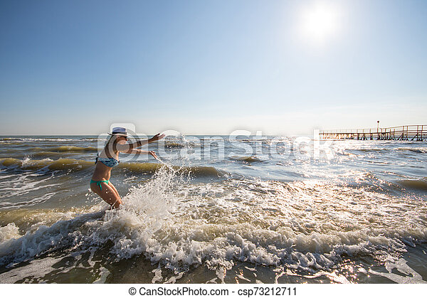 femme, jouer, heureux, rivage - csp73212711