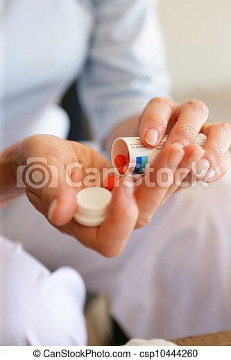 femme, médicament - csp10444260