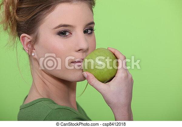femme mange, pomme - csp8412018