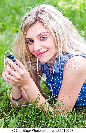 femme, park., musique écouter, herbe, mensonge - csp28419067
