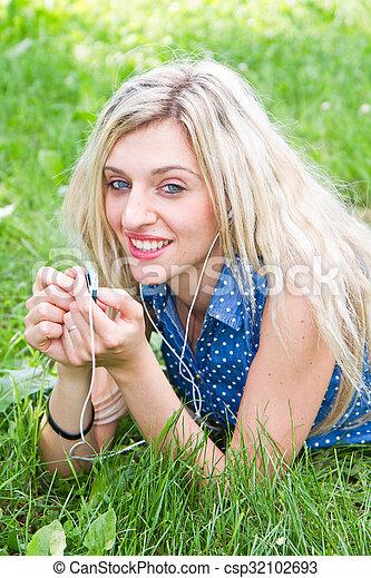 femme, park., musique écouter, herbe, mensonge - csp32102693