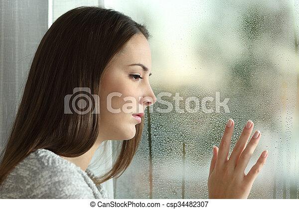 Banques de photographies de femme pluie triste regarder for Regarder par la fenetre