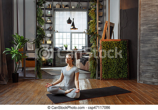 Femme Pratiquer Elle Pose Jeune Confortable Bedroom Yoga Equilibre Homeware Moquette