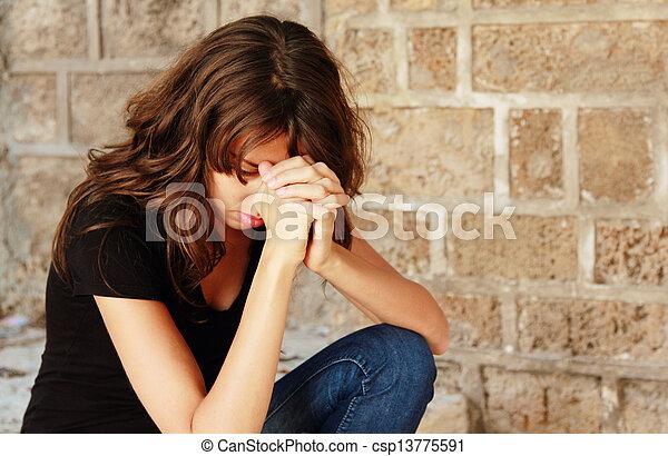 femme prier, jeune - csp13775591
