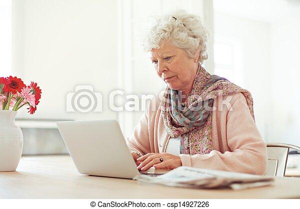 femme, quelque chose, personnes agées, dactylographie - csp14927226