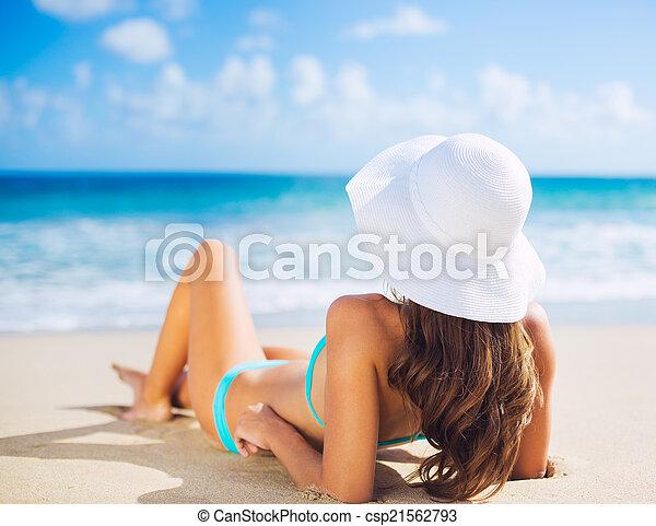 femme relâche, plage - csp21562793