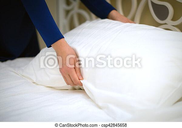 femme, salle, room., hôtel, fabrication lit, service. - csp42845658