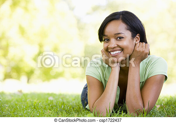 femme souriante, mensonge, dehors - csp1722437