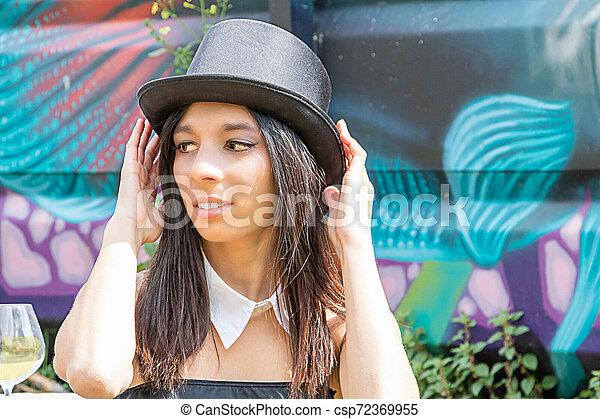 femme, steampunk, sommet, équipement, urbex, noir, pendant, endroit, vénézuélien, chapeau, célébration - csp72369955