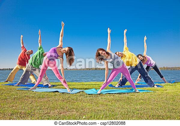 femme, yoga, lakeside., couple, pratique, arbre, asana, homme - csp12802088