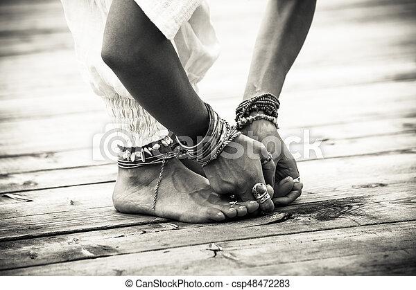 femme yoga postion pieds bw closeup mains femme