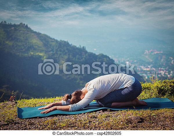 femme yoga sportif crise pratiques asana balasana