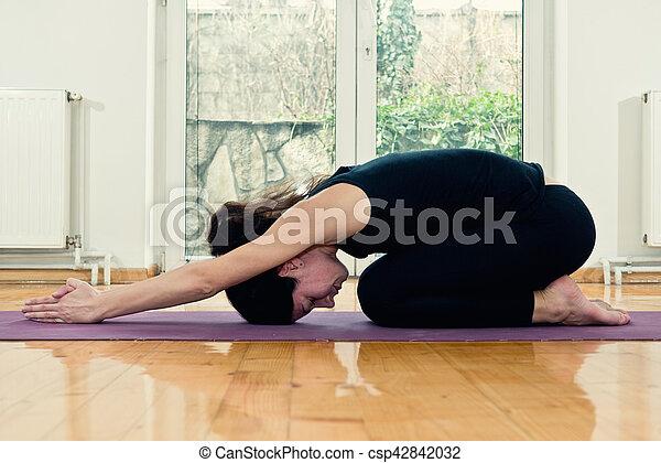 femme yoga tortue maison  moitié position modifié