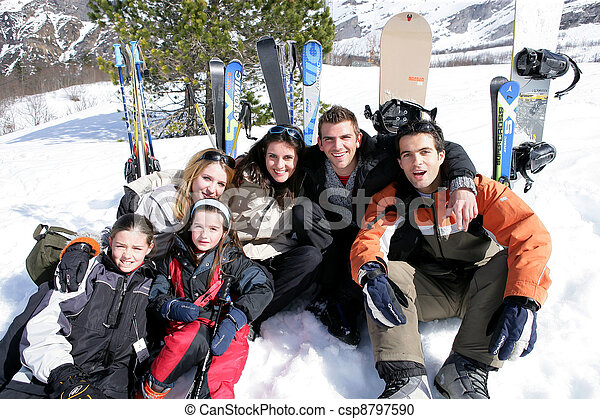 Gente en vacaciones de esquí - csp8797590