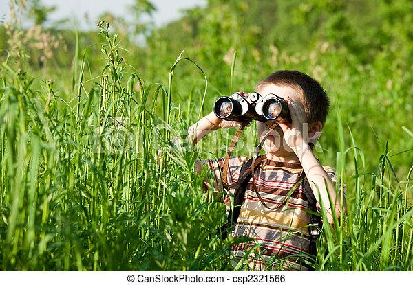 Fernglas kind junge junges schauen feld fernglas durch