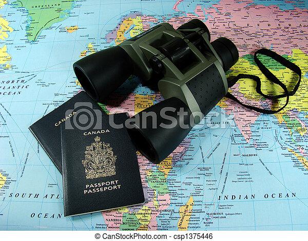 Fernglas, Karte und Reisepass - csp1375446