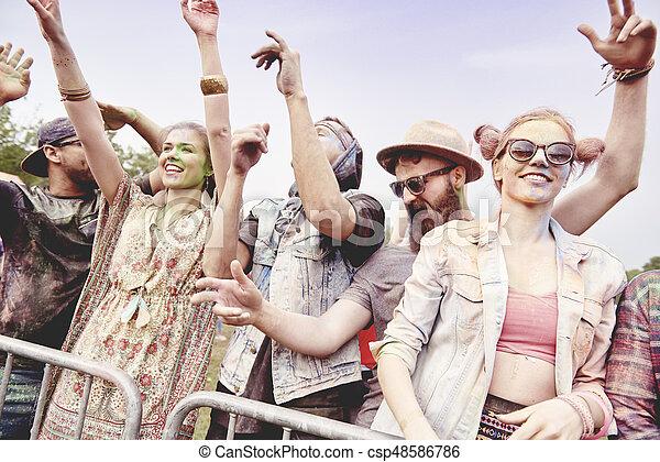 Tanzende Freunde beim Festival - csp48586786