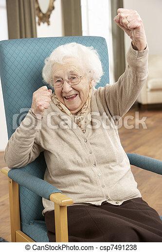 festeggiare, donna senior, sedia, casa - csp7491238