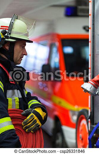 Feuerwehrmann mit Wasserschlauch - csp26331846