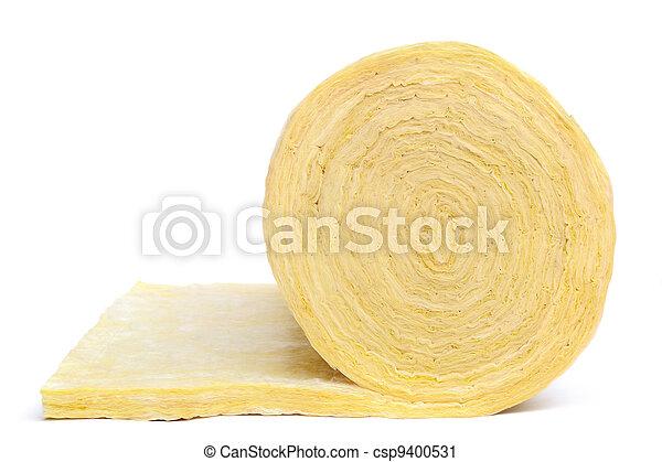 Rollo de material de aislamiento de fibra de vidrio, aislado en un fondo blanco. - csp9400531
