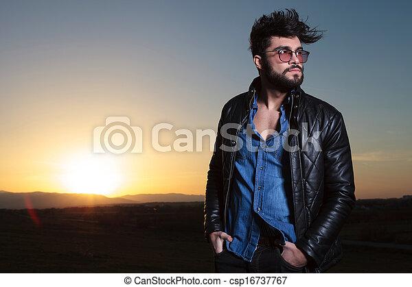 ficar, anoitecer, inpockets, longo, mãos, barba, homem - csp16737767