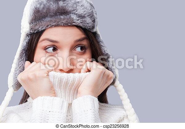 ficar, cobertura, congelado, jovem, contra, aquilo, cinzento, turtleneck, enquanto, cold., assim, fundo, rosto, mulheres - csp23256928